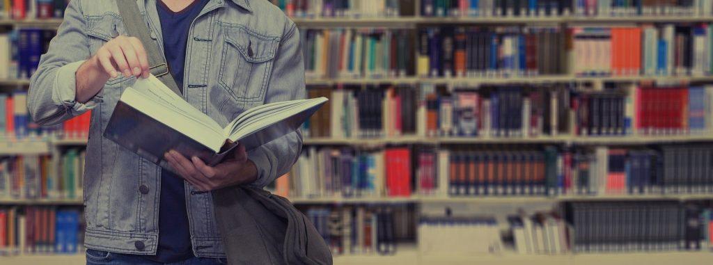 Ragazzo in biblioeteca