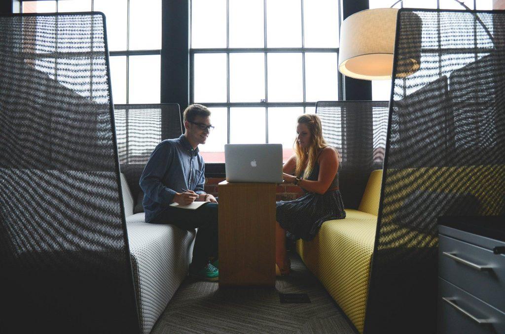 foto a colori di due imprenditori che parlano tra loro