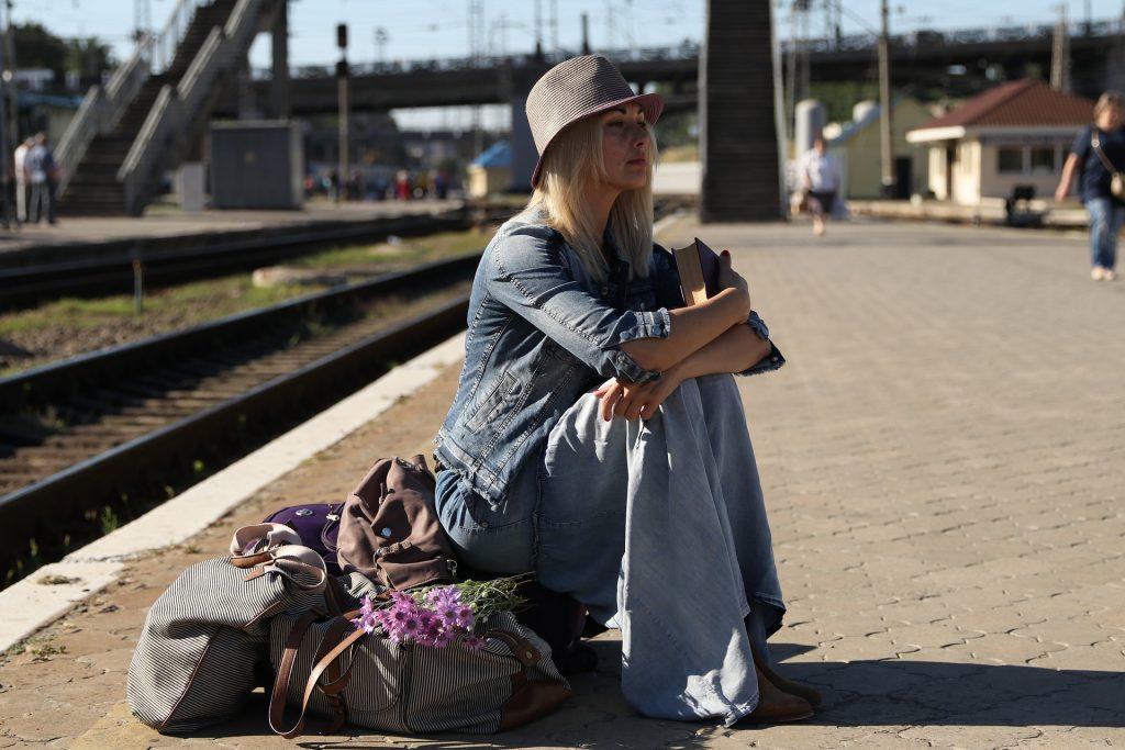 Ragazza che aspetta in stazione